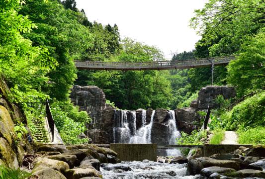 滝のつり橋